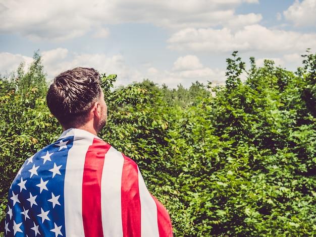 Man met een amerikaanse vlag. nationale feestdag