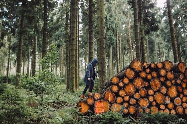 Man met een baard gaat op hout in het bos
