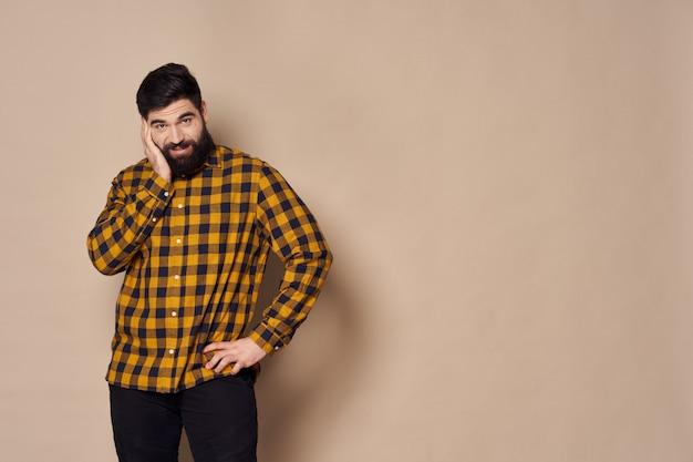 Man met een baard poseren in de studio.