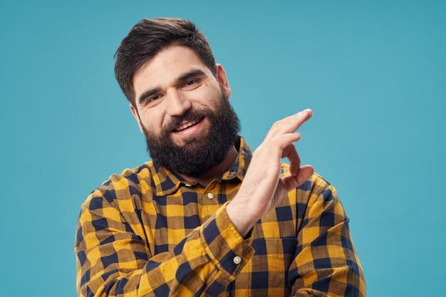 Man met een baard poseren