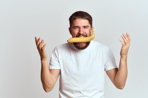 Man met een banaan in zijn mond