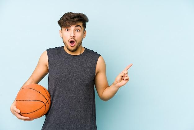 Man met een basketbalbal