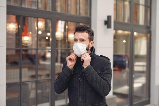 Man met een beschermend masker lopen op straat