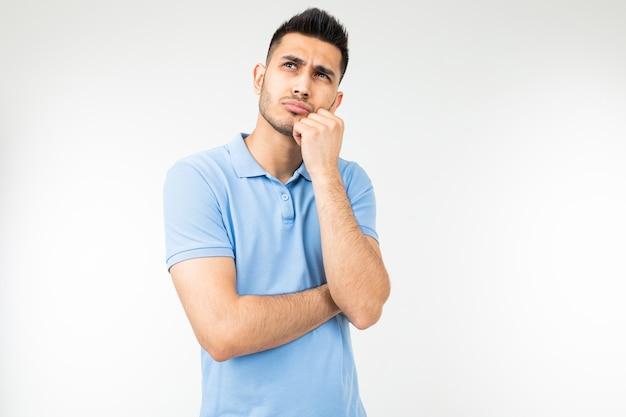 Man met een blauw shirt na te denken over een idee