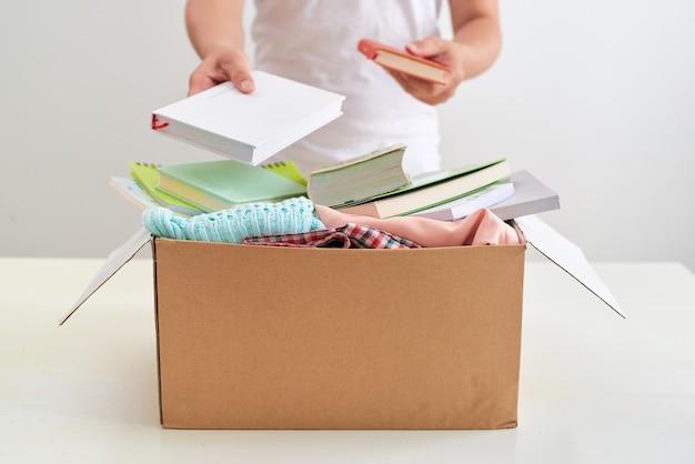Man met een boek donatie box. donatie concept.