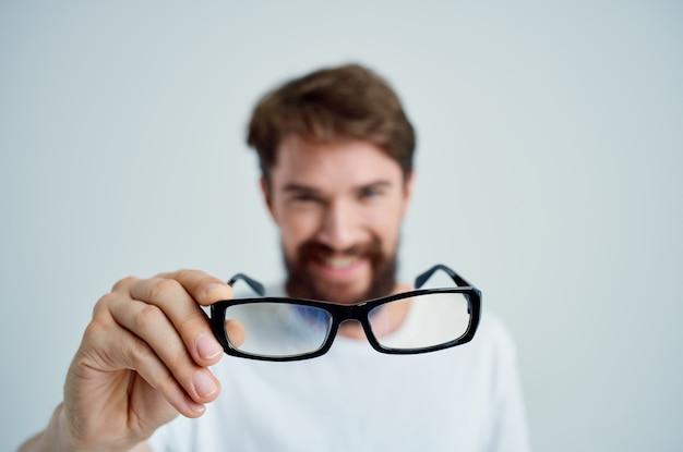 Man met een bril in de hand zichtproblemen geïsoleerde achtergrond