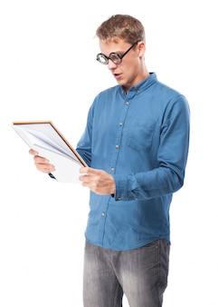 Man met een bril te kijken naar een notebook
