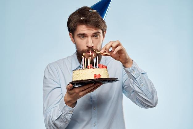 Man met een cake met kaarsen