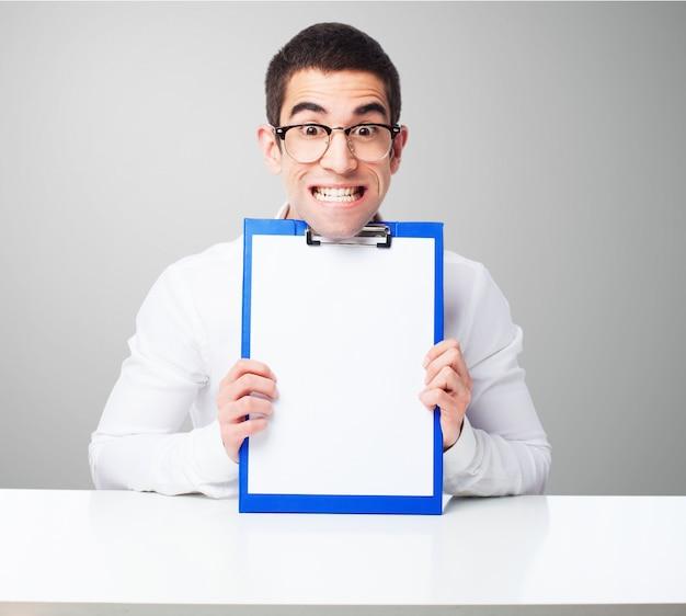 Man met een checklist