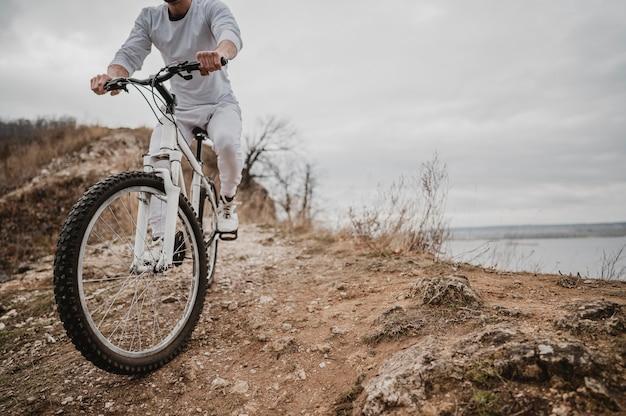 Man met een fiets buiten met kopie ruimte