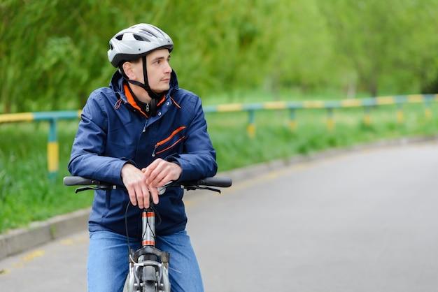 Man met een fiets in het straatconcept
