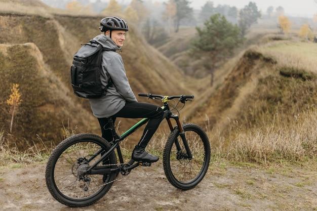 Man met een fiets op bergpad
