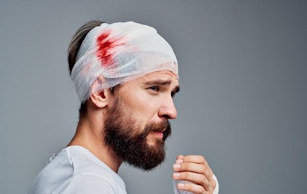 Man met een gebroken pols en hoofdletsel