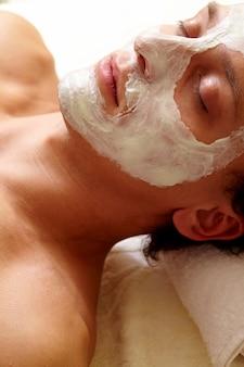 Man met een gezichtsbehandeling