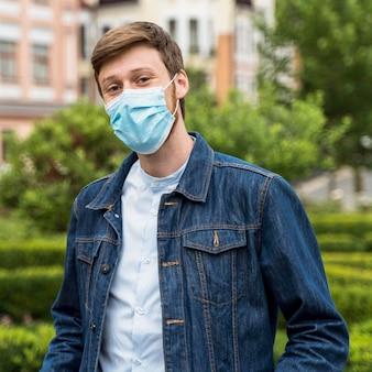 Man met een gezichtsmasker buiten