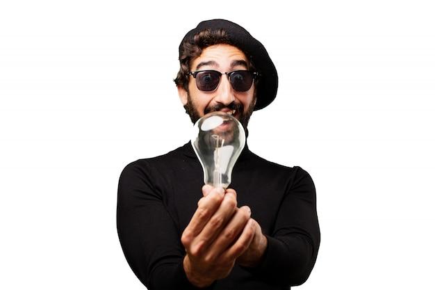 Man met een gloeilamp en een zonnebril