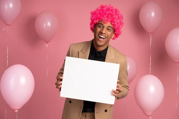 Man met een grappige pruik op een feestje