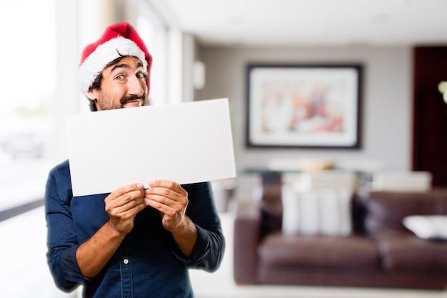 Man met een groot bord in een huis