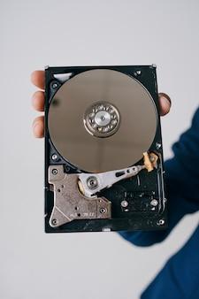 Man met een harde schijf informatiebeveiligingstechnologie