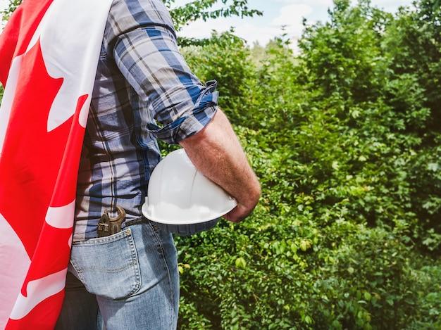 Man met een helm en canadese vlag