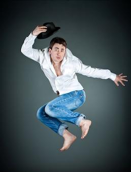 Man met een hoed in een sprong