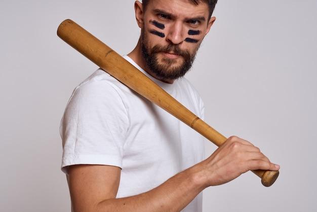 Man met een honkbalknuppel in zijn hand