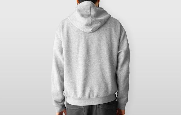 Man met een hoodie terug