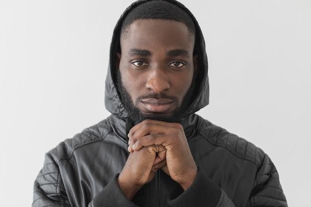 Man met een hoodie vooraanzicht