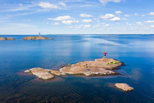 Man met een kajak op het eiland. luchtfoto.