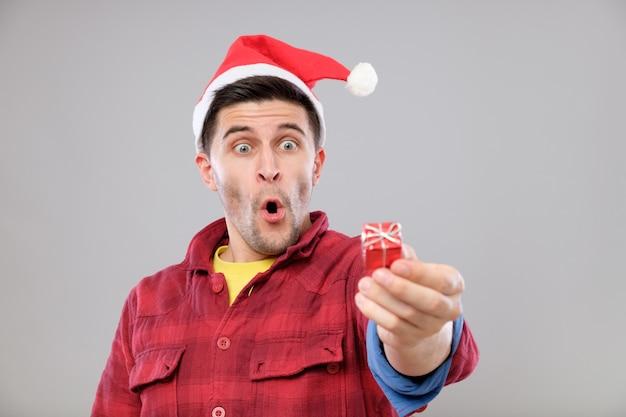 Man met een kerstcadeau