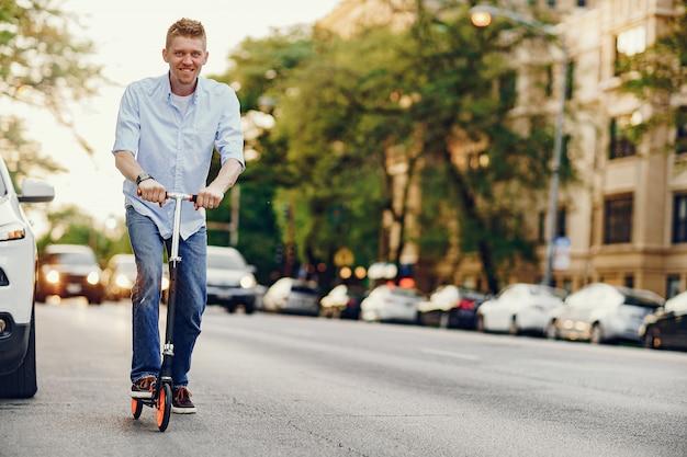 Man met een kick scooter