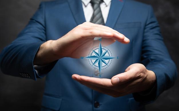 Man met een kompaspictogram in zijn hand