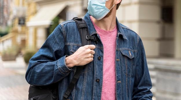 Man met een medisch masker en wegkijken