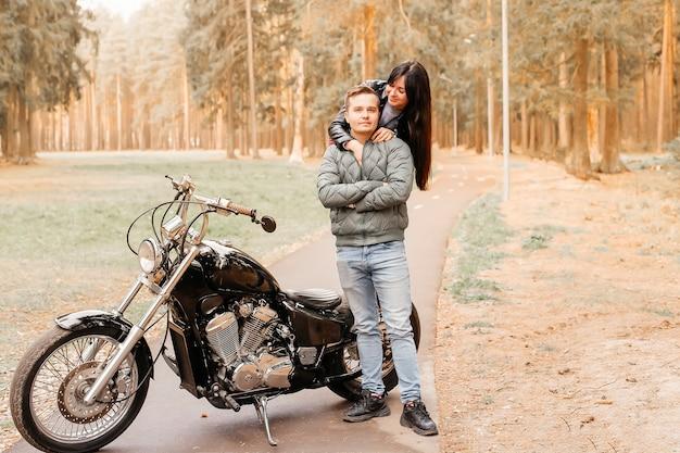 Man met een meisje in het park op een motorfiets