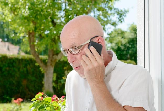 Man met een mobiele telefoon