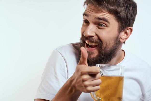 Man met een mok bier in zijn handen