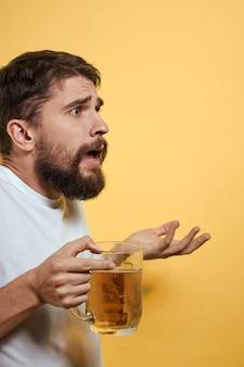 Man met een mok bier leuk alcohol levensstijl wit t-shirt