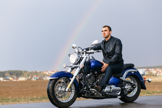 Man met een motorfiets