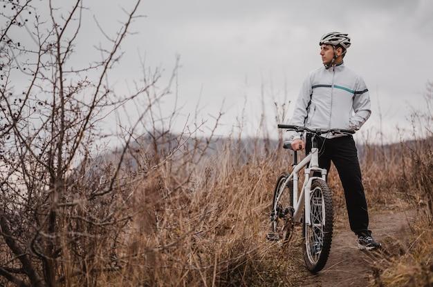 Man met een mountainbike in speciale uitrusting met kopie ruimte