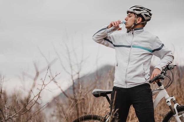 Man met een mountainbike in speciale uitrusting