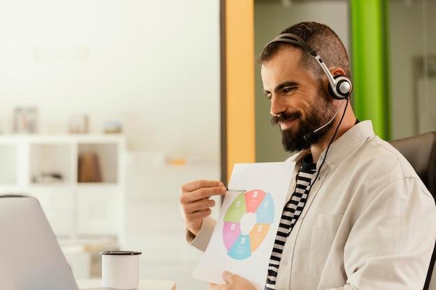 Man met een onlinevergadering voor werk