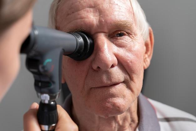 Man met een oog gezichtscontrole