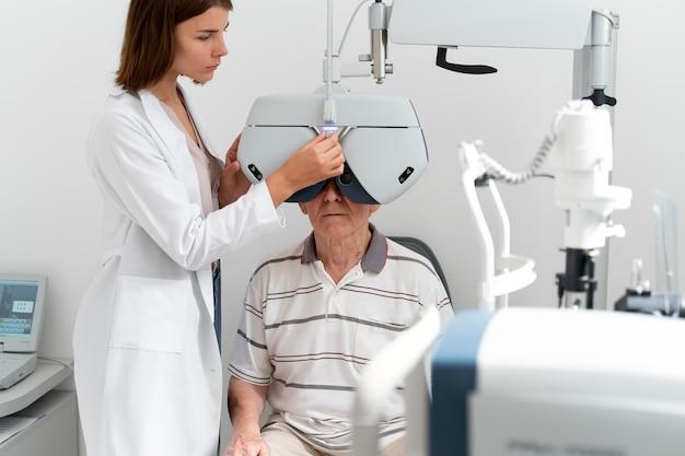 Man met een oogheelkunde controle