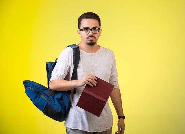 Man met een open boek in zijn hand.