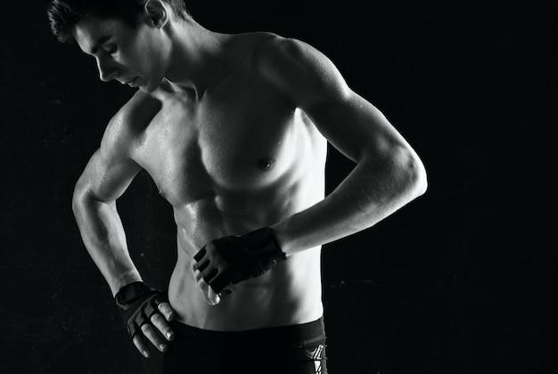 Man met een opgepompte torso workout oefening sport donkere achtergrond