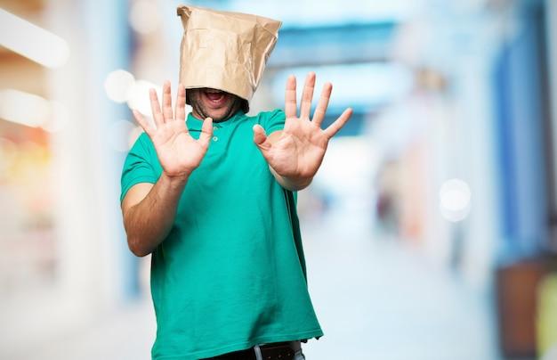 Man met een papieren zak over zijn hoofd