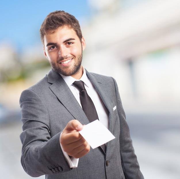 Man met een papieren