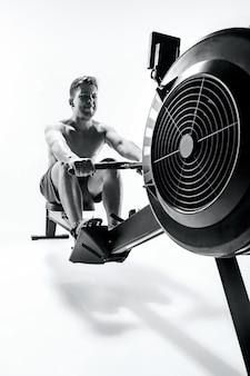 Man met een persmachine in een fitnessclub.
