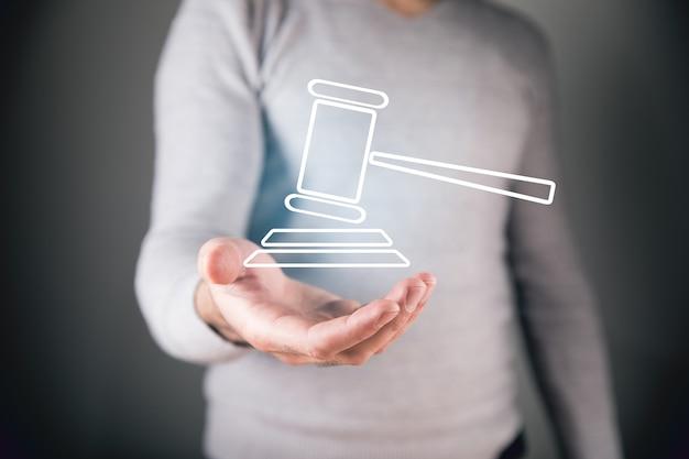 Man met een pictogram van een rechtbank in zijn hand