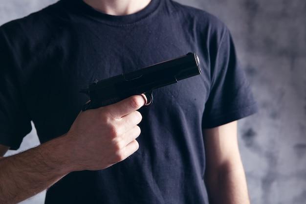 Man met een pistool in zijn hand